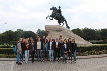 Pred Bronastim konjenikom v Sankt Peterburgu.